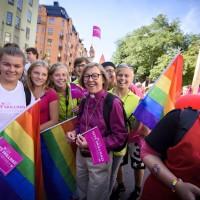 Епископ Стокгольма посещает прайд