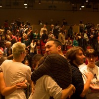 Элиел Круз обнимает другого участника университетского ЛГБТ-сообщества на первом в жизни университета официальном обсуждении вопросов ЛГБТ