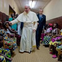 Франциск в детском госпитале в Банги, столице Центральноафриканской республики