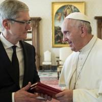 Папа Римский встретился с главой Apple, открытым геем