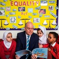 «Мы уважаем ислам и гомосексуалов»: учитель-гей трансформирует мусульманскую школу