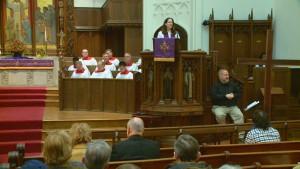 Пастор Грейс-Чирелли в церкви