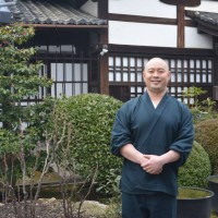 Такафуми Каваками в храме