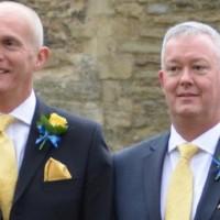 Г-н Пэмбертон (Mr Pemberton) со своим партнёром Лоуренсом Каннингтоном (Laurence Cunnington) в день бракосочетания