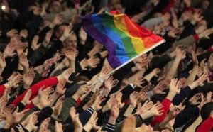 Радужный флаг над толпой
