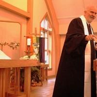 Трой Перри служит в церкви