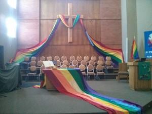 Церковь, украшенная радужными флагами