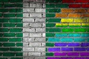Флаг Нигерии и радужный флаг на кирпичной стене