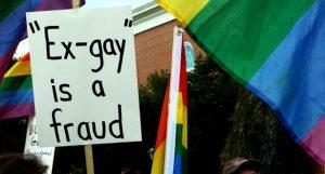 "Надпись на плакате: ""Экс-ЛГБТ - шарлатанство"""