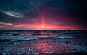 Луч закатного солнца над морем