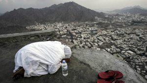Женщина молится на Горе Света во время хаджа