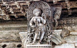 Женщина, смотрящаяся в зеркало; храм Ченнакесава в Белуре