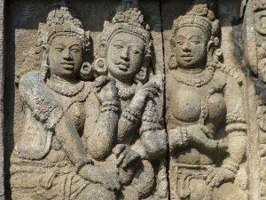 Изображения женщин в храме Шивы на Яве