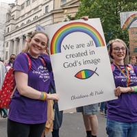 """Христиане на лондонском прайде. Надпись на плакате: """"Все мы созданы по образу Божьему"""""""