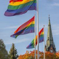 Радужные флаги перед церковью