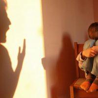 Родитель, кричащий на ребенка