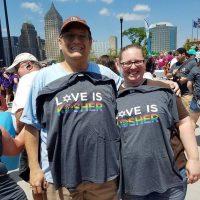 """Люди с футболками """"Любовь это кошерно"""""""